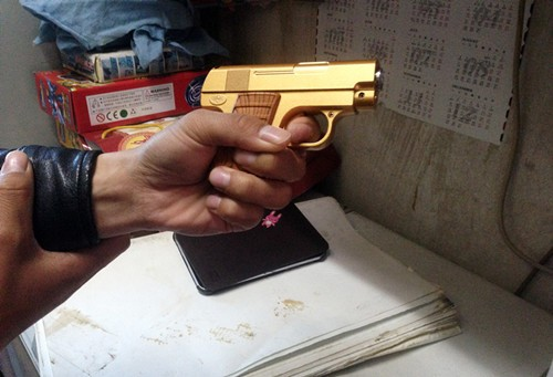 小学生从文具店买枪走了火