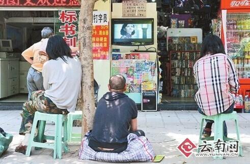路边文具店变电影院