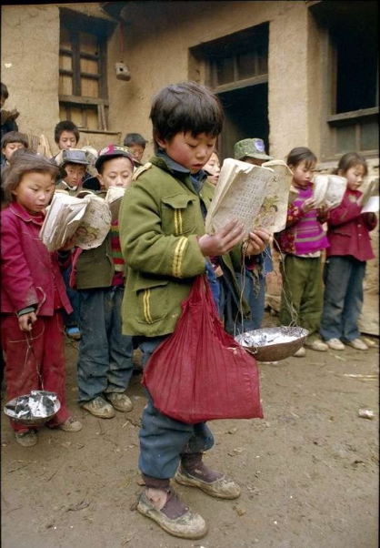 一群没有学生文具的孩子