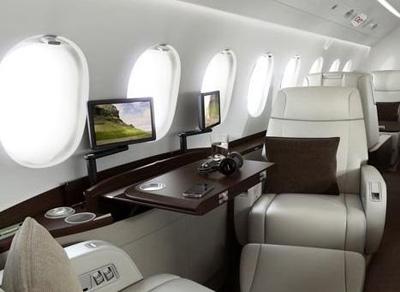私人飞机的餐具文具都十分考究